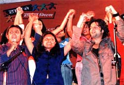 Fardeen Khan with Yuva Start Hasina Kharbih in an episode of Haath Se Haath Mila.